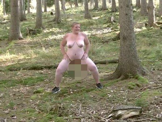 Gehe nackt durch den Wald