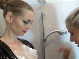 Amateurvideo Feuchtfröhlich in Latex von PussyDeluxxxe