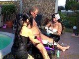 Amateurvideo Carmen Rivera & Lady Vampira fordern: Sklave, häng deine Ei von LadyVampira