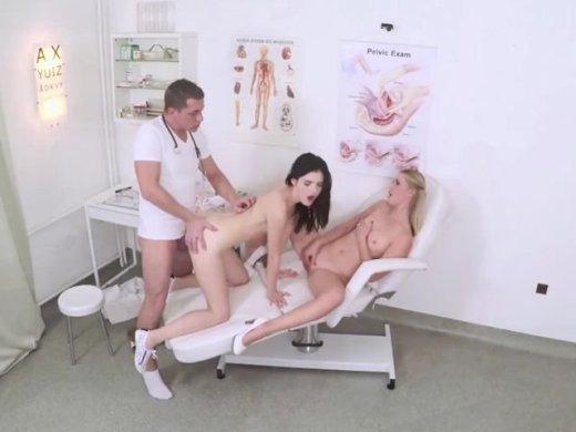 Mit einer Freundin beim perversen Doktor
