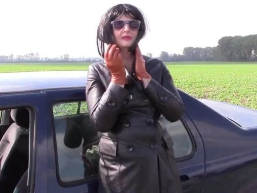 Rauchen in einem zweireihigen Mantel und Zimt Lederhandschuh