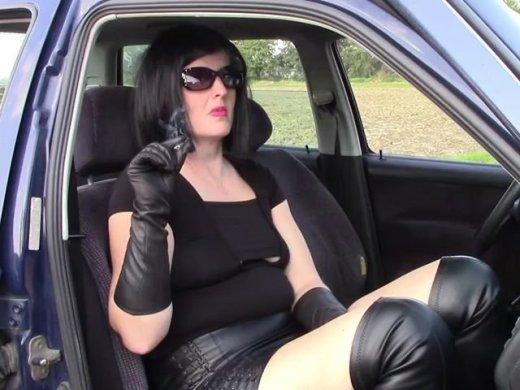 MILF Angela … Zigarillo Lederhandschuhe und nasse Pussy