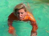 Amateurvideo In Daunenjacke und Bikini im Pool von sexyalina