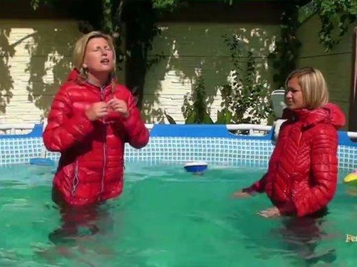 Schwimme mit Christina in Daunen Jacken und Camel toe Leggin