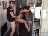 Amateurvideo Frauen-Gefängnis - Wärter fickt die Insassin durch. Teenie von DonJohnXXX