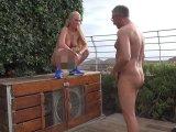 Amateurvideo Pool Boy vollgepisst im FKK Bereich von KacyKisha