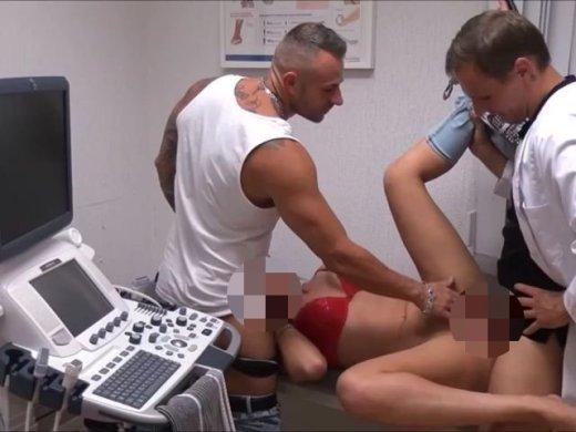 Amateurvideo Arzt fickt mit schwangerer Patienten und ihr Freund guckt zu von DonJohnXXX