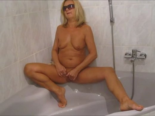 Ich masturbiere geil in der Badewanne