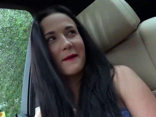 Mitten im Auto abgefickt und Schwanz entsaftet