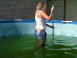 Amateurvideo In Jeans und Waders im Pool von sexyalina
