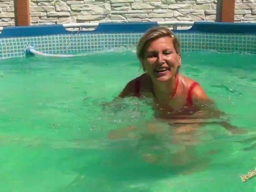 Bade im Pool in rotem Netz Badeanzug