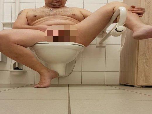 Amateurvideo exhibitionistisch auf öffentlicher Toilette from caxix807